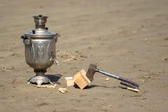 俄国式茶炊和柴刀 免版税库存照片