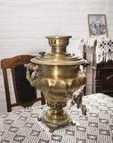 俄国式茶炊在19世纪的餐厅 库存图片