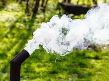 从俄国式茶炊的管子的白色烟 免版税库存图片