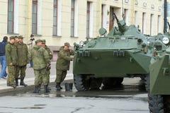 俄国战士洗涤在胜利同水准前面的BTR-82A 库存照片