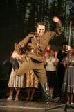 俄国战士跳舞 舞蹈家在胜利天 免版税库存照片