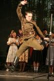 俄国战士跳舞 舞蹈家在胜利天 免版税库存图片