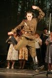 俄国战士跳舞 舞蹈家在胜利天 图库摄影