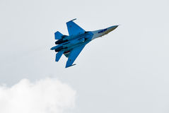 俄国战斗机苏-27飞行颠倒 免版税库存图片
