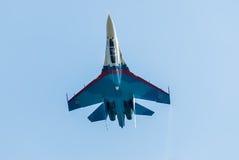 俄国战斗机苏-27飞行颠倒 库存图片