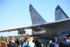 俄国截击机与红色空中的第37的MiG31BM RF-95448和人们在一个晴天临近它 免版税库存图片