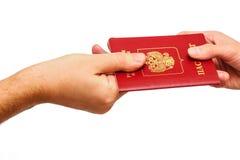 给俄国护照的手其他人 库存图片