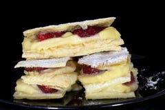 俄国拿破仑蛋糕用新鲜的草莓 免版税图库摄影