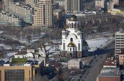 俄国摩天大楼yekaterinburg 从摩天大楼的观察台的大教堂寺庙在血液, Vysotsky 图库摄影