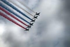 俄国攻击机苏-25,有色的转换轨迹的飞机 俄国旗子的颜色 免版税库存图片