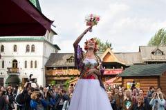 俄国新娘投掷花束 免版税图库摄影