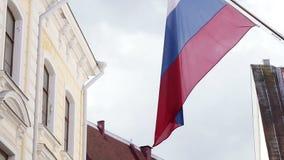 俄国旗子在城市 免版税库存照片