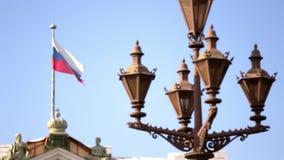 俄国旗子在旗杆的风振翼蓝天背景的 股票录像