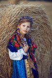俄国服装的小女孩在领域 库存照片