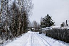 俄国村庄和木房子它的在一个冬天 免版税图库摄影
