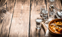 俄国样式 伏特加酒用烂醉如泥的蘑菇 图库摄影