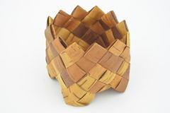 从俄国桦树的被隔绝的棕色有趣的篮子在细胞样式 免版税库存图片