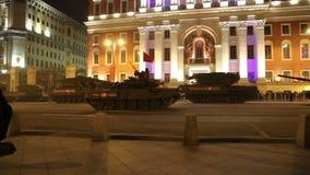 俄国武器 军事游行排练(在晚上)在克里姆林宫,莫斯科,俄罗斯附近(2015 5月04日) 影视素材