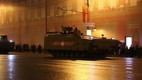 俄国武器 军事游行排练(在晚上)在克里姆林宫,莫斯科,俄罗斯附近(2015 5月04日) 股票视频