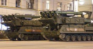 俄国武器 军事游行排练(在晚上)在克里姆林宫,莫斯科,俄罗斯附近 免版税库存照片