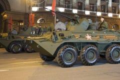 俄国武器 军事游行排练(在晚上)在克里姆林宫,莫斯科,俄罗斯附近 免版税库存图片