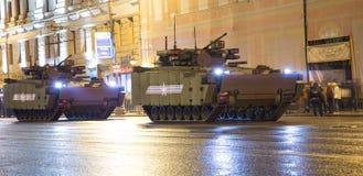 俄国武器 军事游行排练(在晚上)在克里姆林宫,莫斯科,俄罗斯附近 库存照片