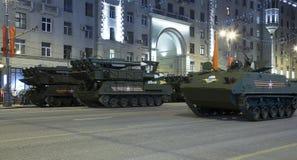 俄国武器 军事游行排练(在晚上)在克里姆林宫,莫斯科,俄罗斯附近 图库摄影