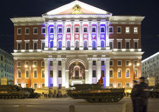 俄国武器 军事游行排练(在晚上)在克里姆林宫,莫斯科,俄罗斯附近 免版税图库摄影
