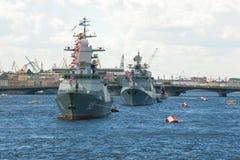 俄国海军的船的一个唤醒的专栏在内娃的水区域 海军天在圣彼德堡 库存图片