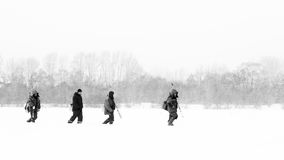 俄国渔夫冰渔在冬天 库存图片