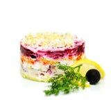 俄国烹调沙拉,在外套下的穿戴的鲱鱼 库存图片
