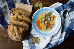 俄国烹调-肉汤圆、红萝卜和土豆和面包 库存图片