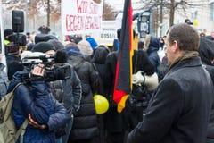 俄国犹太人散居地在柏林抗议反对移民和难民由于妇女和孩子性疟待  免版税库存照片