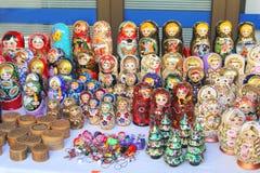 俄国玩偶在纪念品店的待售 免版税库存图片