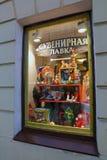 俄国玩具和纪念品在商店窗口里在圣彼德堡 图库摄影