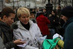 俄国生态学家塔季娅娜Kargina和Evgeniya 库存图片