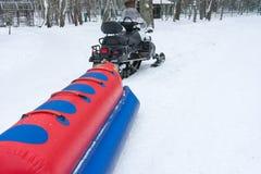 俄国疯狂的乘驾 危险驱动通过雪 免版税库存图片