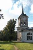 俄国省的老庄园住宅 教会 库存照片