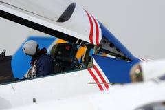 俄国空军苏霍伊Su30SM 32蓝色俄国人骑士特技飞行队的飞行员在胜利天游行排练期间的 免版税库存图片