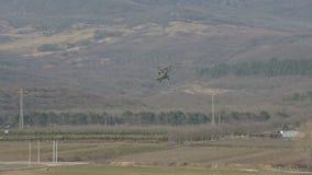 俄国空军队的军用直升机离开反对北高加索的山的背景 股票视频