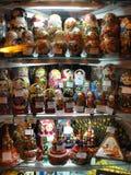 俄国纪念品对游人的待售在Gostiny Dvor窗口里在涅夫斯基Prospekt -圣彼德堡主要旅游街道的  免版税库存图片