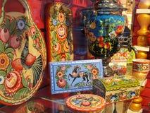俄国纪念品对游人的待售在Gostiny Dvor窗口里在涅夫斯基Prospekt -圣彼德堡主要旅游街道的  免版税库存照片