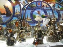俄国纪念品对游人的待售在Gostiny Dvor窗口里在涅夫斯基Prospekt -圣彼德堡主要旅游街道的  库存照片