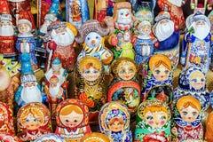 俄国纪念品 各种各样的被绘的木玩偶 免版税库存照片
