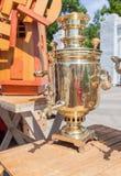 俄国老古铜色俄国式茶炊 免版税图库摄影