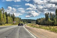 俄国联邦高速公路从圣彼德堡的A-181斯堪的那维亚-芬兰边界的 免版税库存图片