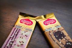 俄国草莓和焦糖巧克力 免版税库存图片