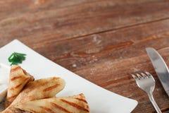 俄国薄煎饼用在木桌上的肉 免版税库存图片