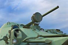 俄国装甲运兵车(BMP)在喜怒无常的天空背景  库存照片