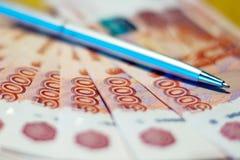 俄国金钱和笔 库存照片